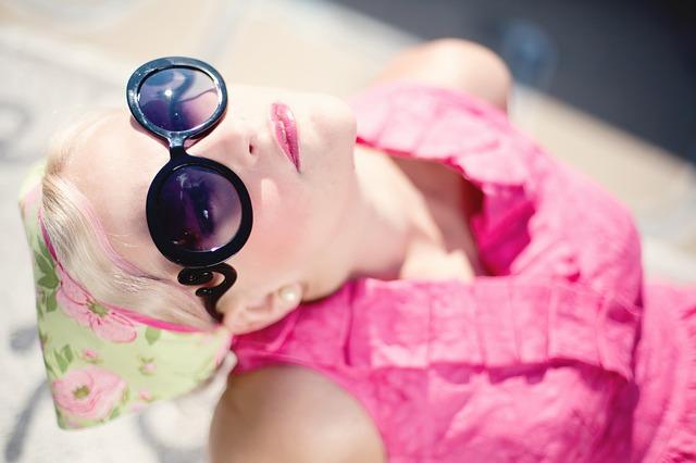 プラダのサングラスをかけた女性