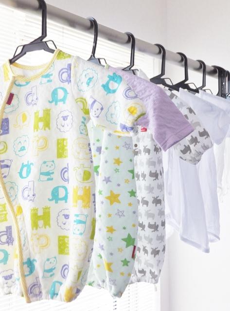 洗濯した新生児のベビー服
