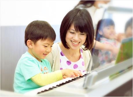 ヤマハの先生と習う男の子