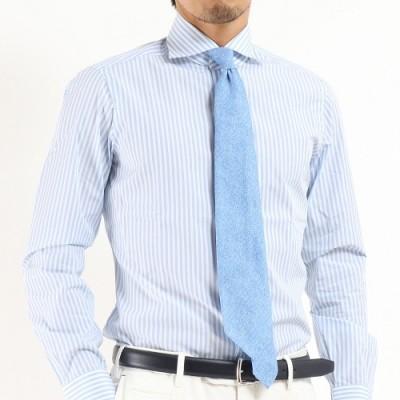 水色のネクタイをはめた男性