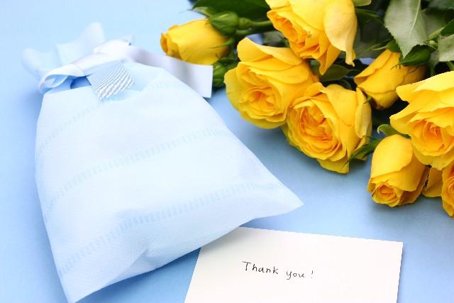 父の日のプレゼントと黄色いバラ