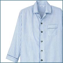 父の日の青いストライプのパジャマの