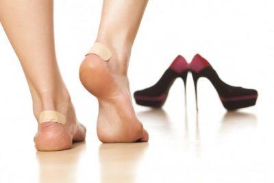 女性の足と靴