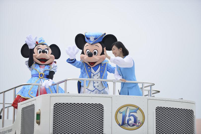 パレードをするミッキーとミニー