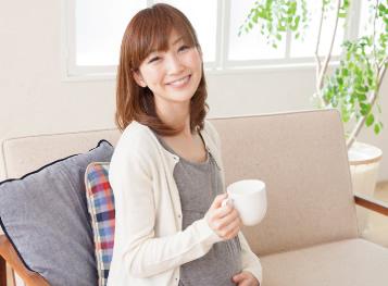 妊娠した妊婦さんとコーヒー