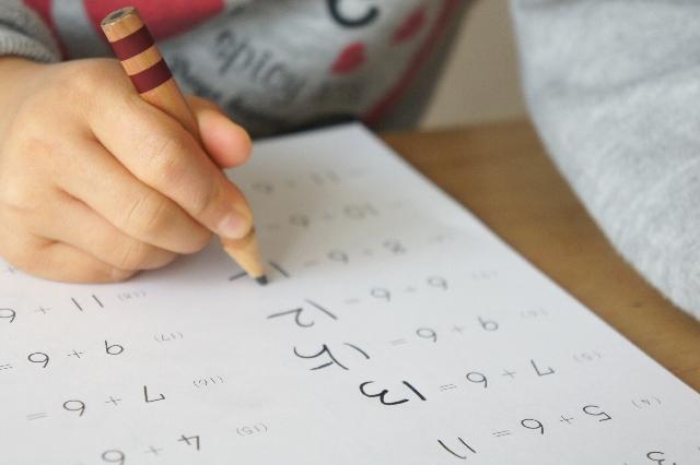 算数の問題を解く子供