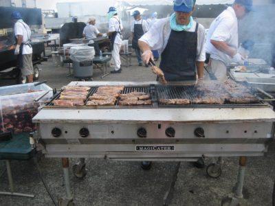 横田基地友好祭でステーキを焼いている米兵