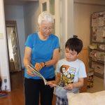 絵本を読むおばあちゃんと孫