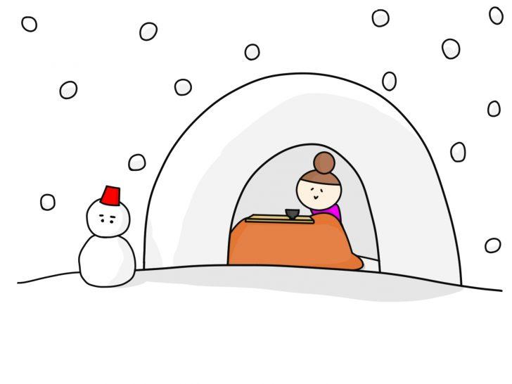 かまくらに入っている女性と雪だるま