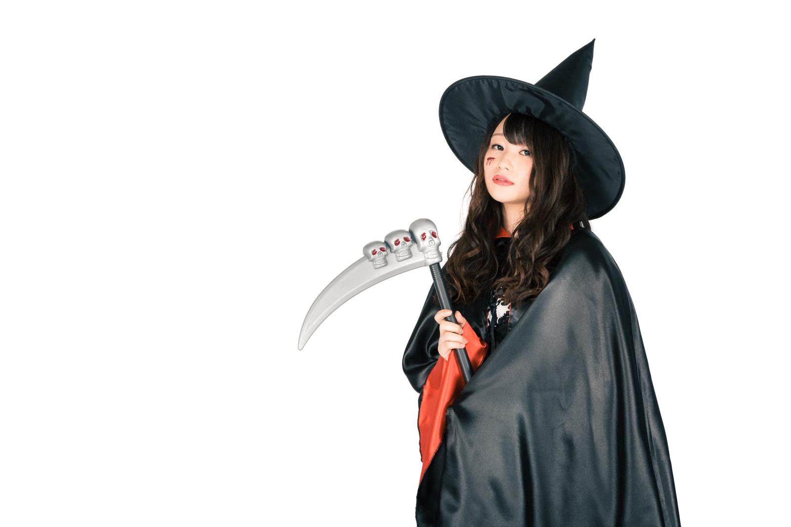 ハロウィンで魔女に仮装した女性