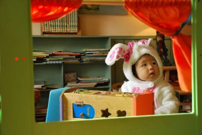 ハロウィンでうさぎの誘うをした幼稚園児の女の子