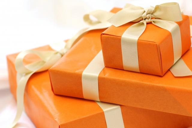 オレンジ色のラッピングペーパーのプレゼント