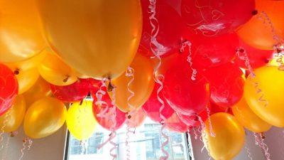 パーティーで風船デコレーション