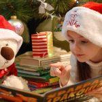 クリスマスに絵本を読む少女