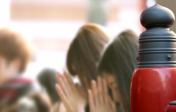 お寺や神社で願掛けをする女性たち