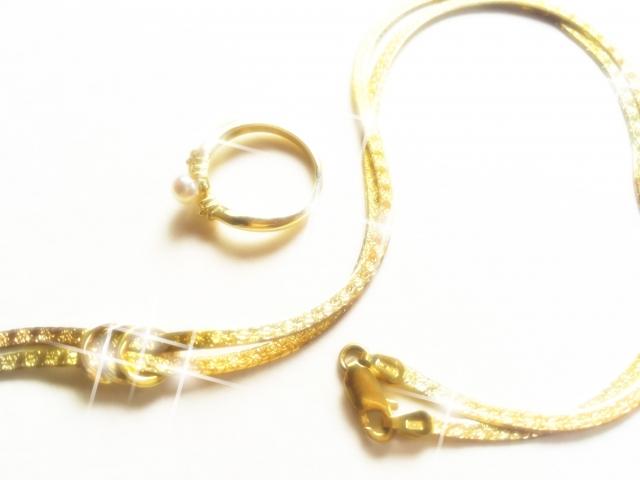 ゴールドのネックレスとリング