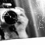 割れた鏡とカメラ