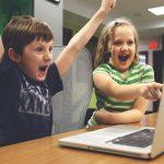 パソコンの画面を見て喜ぶ子供たち