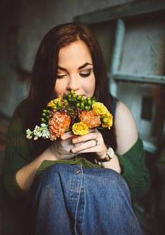 オレンジ色の花束を持つ女性