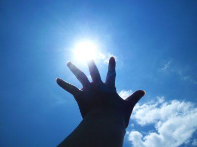 太陽にかざした手