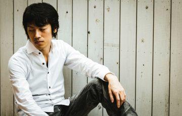 白シャツ黒パンツのかっこいい男性