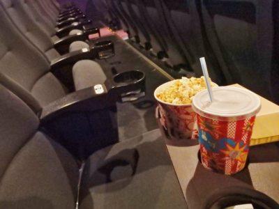 映画館でポップコーンと飲み物